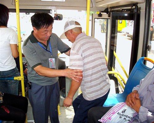 公交车上是否该让座_看到一位中学生为老年人让座