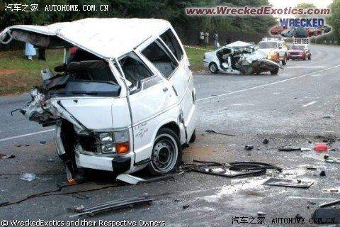 前天青岛的惨烈车祸,本田雅阁把大众桑塔纳撞为烂铁,雅阁人没事