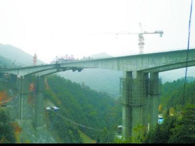 贵州黎洛高速公路大湾大桥提前合龙